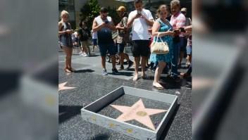El artista Plastic Jesus construyó un muro de 15 centímetros de alto alrededor de la estrella de Donald Trump en el Paseo de la Fama en Hollywood (Crédito: Plastic Jesus)