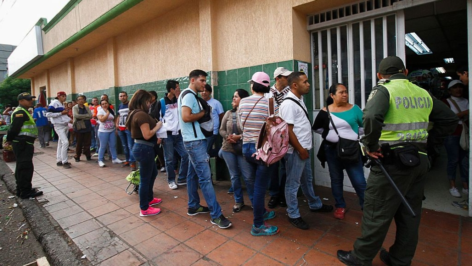 Venezuelans line up to buy at a supermarket in Cucuta, Colombia on July 17, 2016. Thousands of Venezuelans crossed the border with Colombia to take advantage of its 12-hour opening after it was closed by the Venezuelan government 11 months ago. Venezuelans rushed to Cucuta to buy food and medicines which are scarce in their / AFP / Schneyder Mendoza (Photo credit should read SCHNEYDER MENDOZA/AFP/Getty Images)