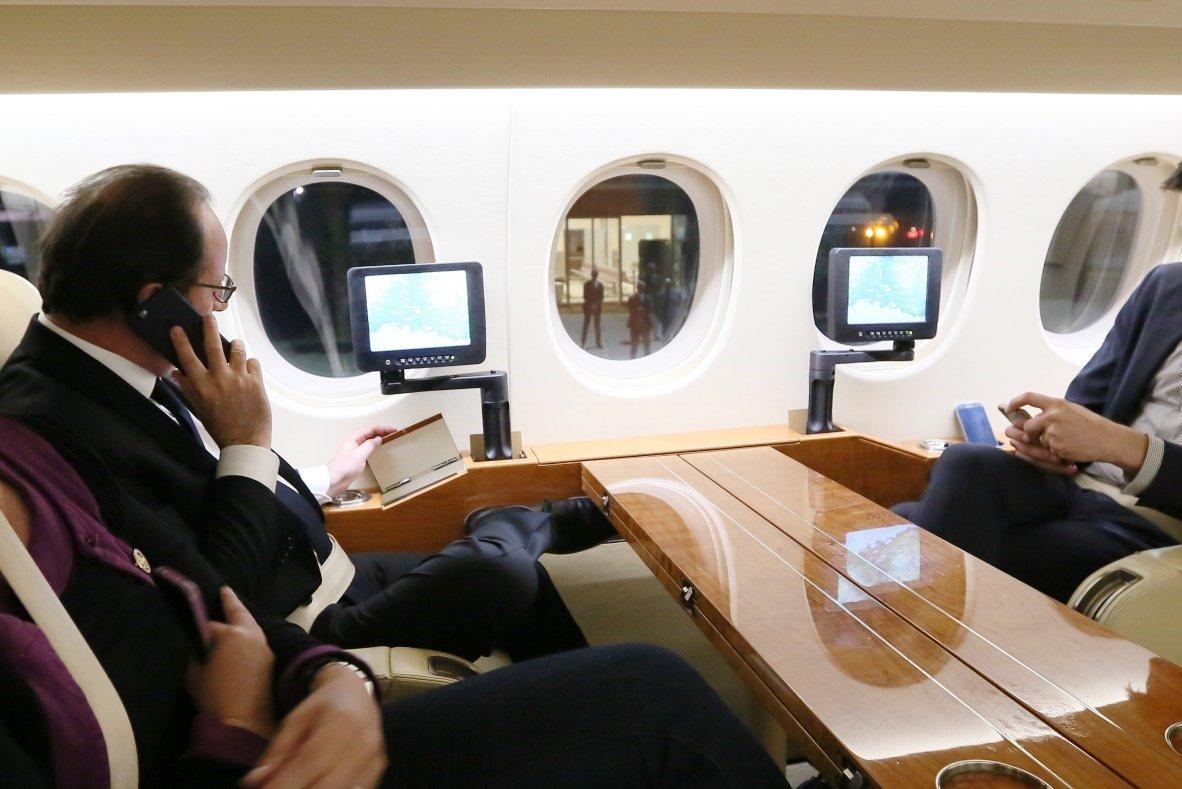 El presidente de Francia, Francois Hollande, habla con el primer ministro Manuel Valls sobre lo sucedido en Niza.