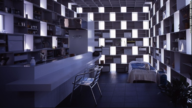 """El propietario de 'Cell Bricks', también diseñador, pidió un hogar """"fuera de la norma"""" y Atelier Tekuto se lo entregó. La casa tiene un montón de almacenamiento natural gracias al diseño de cajas de acero apiladas, haciéndola funcional y visualmente atractiva."""