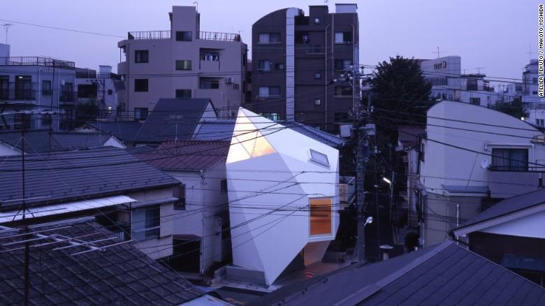 Atelier Tekuto se acercó 'Reflexión de Mineral' con una mente abierta. Los clientes solicitaron un diseño resistente que fuera una pieza memorable de la arquitectura al tiempo que proporcionara la cantidad máxima de espacio habitable.
