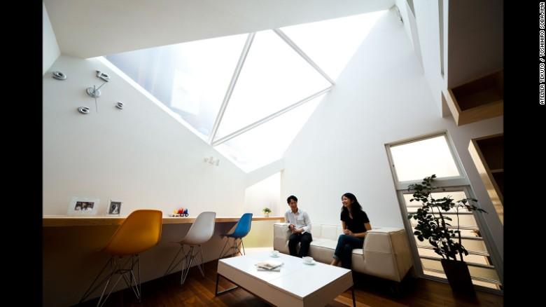 """: Acertadamente denominado """"Enmarcando el Cielo"""", esta casa de Atelier Tekuto fue construida en un sitio poligonal. Los arquitectos se centraron en la relación entre la naturaleza y las personas, mediante la incorporación de una gran claraboya para hacer que la casa se sintiera como si se extendiera hacia arriba en el cielo."""