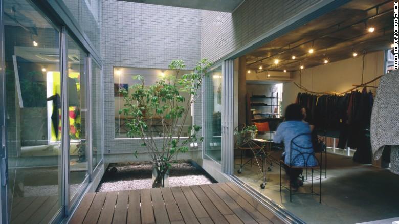 La combinación de una tienda y casa privada, 'Wakka' incorpora un montón de detalles naturales, tales como un pequeño jardín de piedra y una serie de puertas corredizas que ofrecen más espacio al aire libre.
