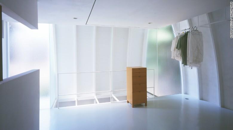 Diseñada por Atelier Tekuto para una familia de cinco, 'Iron Mask' es una casa a base de acero, con una fachada curva única que hace la mayor parte de la forma del sitio.