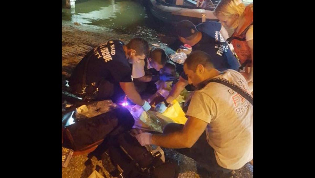 Los paramédicos ofrecieron primeros auxilios a la niña una vez fue rescatada. (Crédito: Facebook/ Cocoa Florida Police Dept)