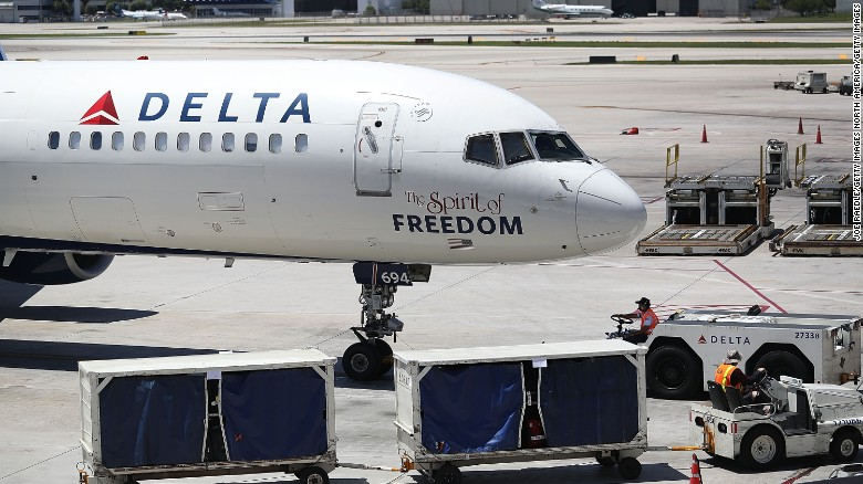 Delta en tierra — La aerolínea estadounidense Delta reportó una caída de su sistema informático global este lunes, hecho que provocó el retraso de sus vuelos programados. Seis horas después la compañía reanudó sus operaciones, aunque después de esto muchos vuelos fueron cancelados.