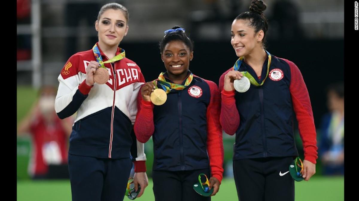 Aliya Mustafina, Simone Biles y Alexandra Raisman recibieron sus medallas en Río 2016.