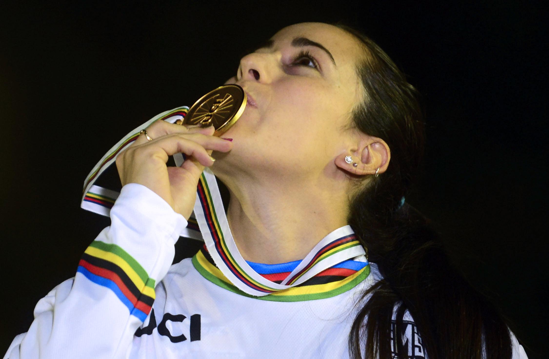 Pajón besa su medalla de oro del campeonato mundial de BMX en Medellín, Colombia, en mayo de 2016. (Crédito: RAUL ARBOLEDA/AFP/Getty Images)
