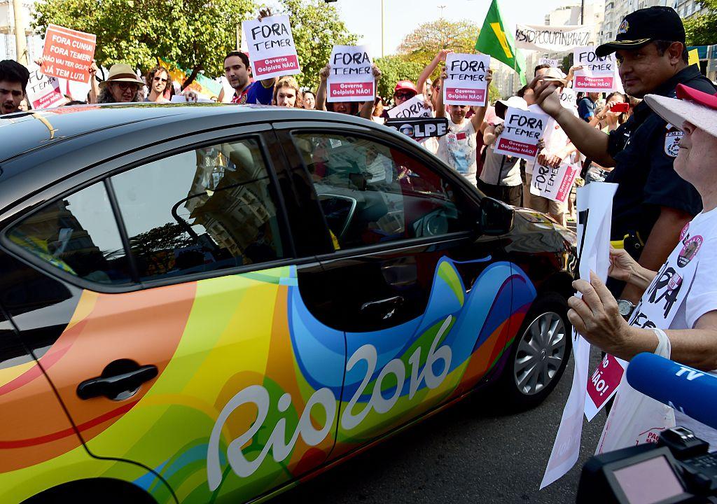 Residentes de Río de Janeiro protestan en contra del presidente interino Michel Temer en frente del hotel Copacabana Palace, el 5 de agosto de 2016. (Crédito: TASSO MARCELO/AFP/Getty Images)
