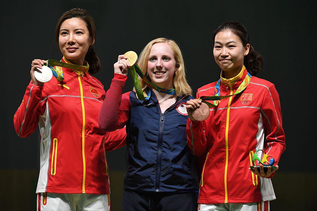 La medallista estadounidense Virginia Thrasher (c) posa en el podio con la medallista de plata de China Du Li (i) y la ganadora de la medalla de bronce también de China Yi Siling durante la entrega de preseas en la competencia de 10 metros de rifle de aire en Río 2016. (Crédito: PASCAL GUYOT/AFP/Getty Images)