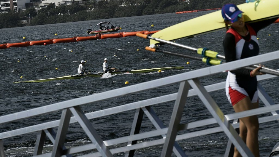 Rowers leave the Lagoa Rodrigo de Freitas in Rio de Janeiro after rowing races were cancelled because of strong winds during the Rio 2016 Olympic Games on August 7, 2016. / AFP / JEFF PACHOUD (Photo credit should read JEFF PACHOUD/AFP/Getty Images)