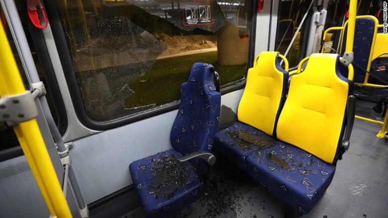Quedaron vidrios sobre las sillas del bus tras el ataque.