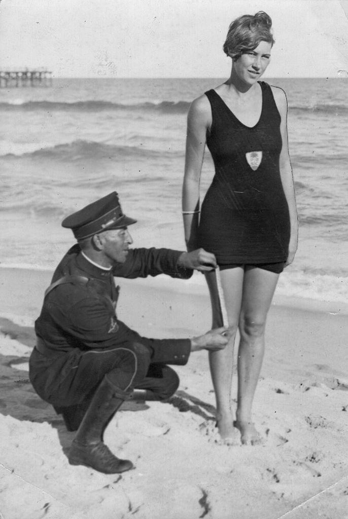 Un policía mide el vestido de baño de Betty Pringle para comprobar si se ajusta a las regulaciones de censura en Palm Beach, Florida. (Foto de Hulton Archive/Getty Images)