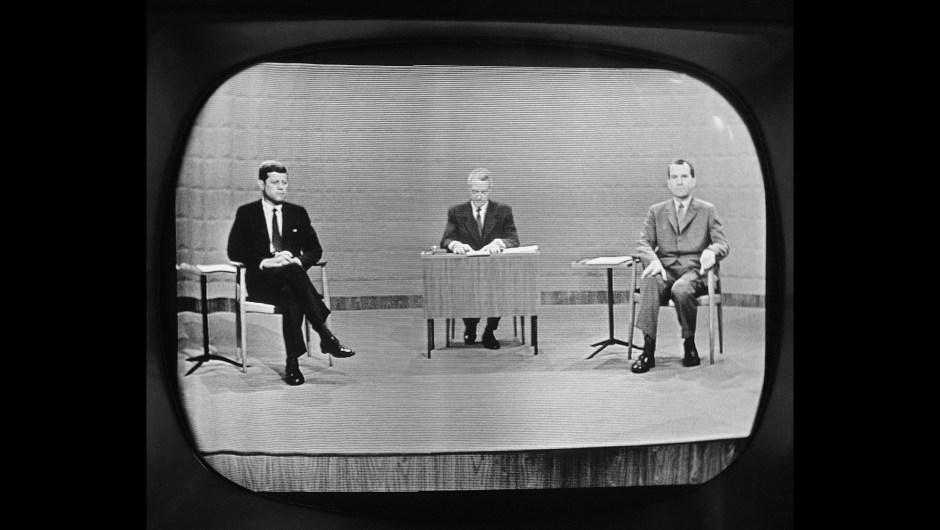 El primer debate presidencial televisado tuvo lugar el 26 de septiembre de 1960, cuando el senador John F. Kennedy, a la izquierda, se enfrentó al vicepresidente Richard Nixon (der.). El debate fue una de las emisiones más vistas en la historia de EE.UU..