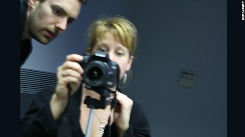 'Tanvir Bush con Matt Larsen-Daw de Photovoice' (2009) por Mikel Smithen.