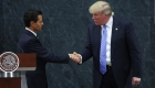 Donald Trump visitó México sorpresivamente y se reunió con el presidente Enrique Peña Nieto este miércoles, en medio de una lluvia de críticas por parte de los mexicanos. Trump reiteró la construcción del polémico muro en la frontera común y aunque en principio dijo que no se habló sobre quién lo financiará, más tarde aseguró que México pagará el 100% del muro. Peña Nieto dijo que su país no pagará dicha muralla.
