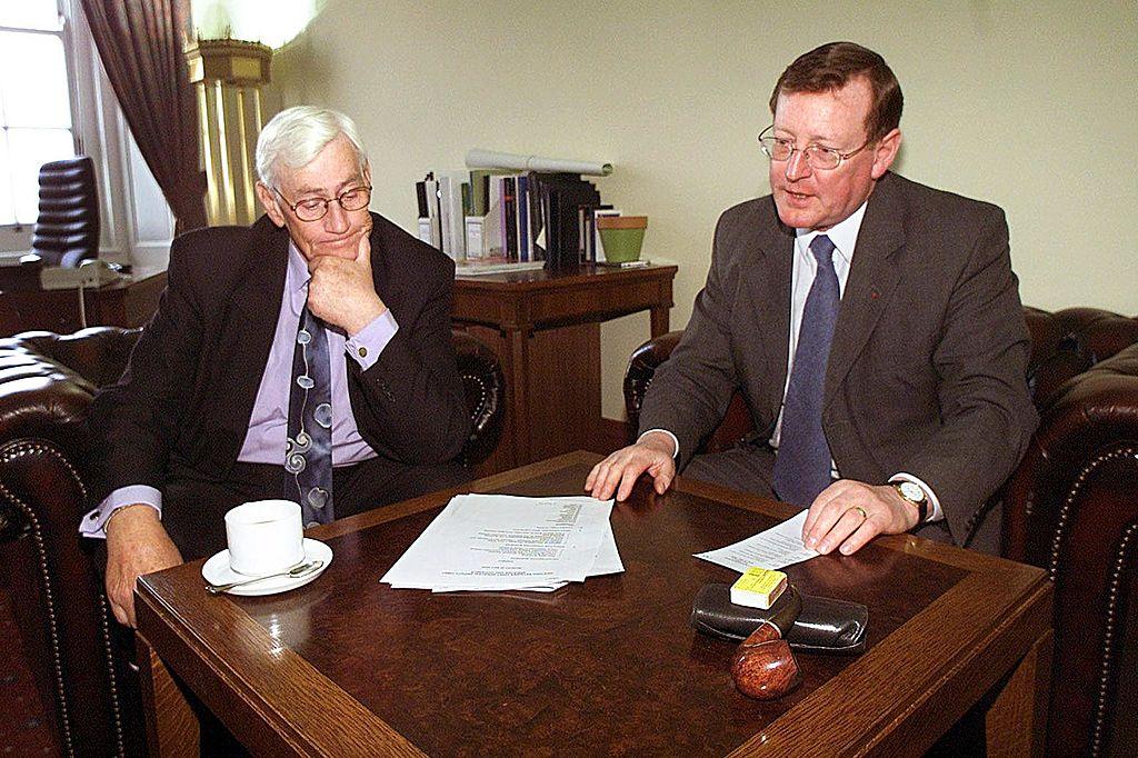 Seamus Mallon (izquierda) Viceministro primero de Irlanda del Norte junto a David Trimble (derecha), primer ministro de Irlanda del Norte. (Crédito: PAUL FAITH/AFP/Getty Images)
