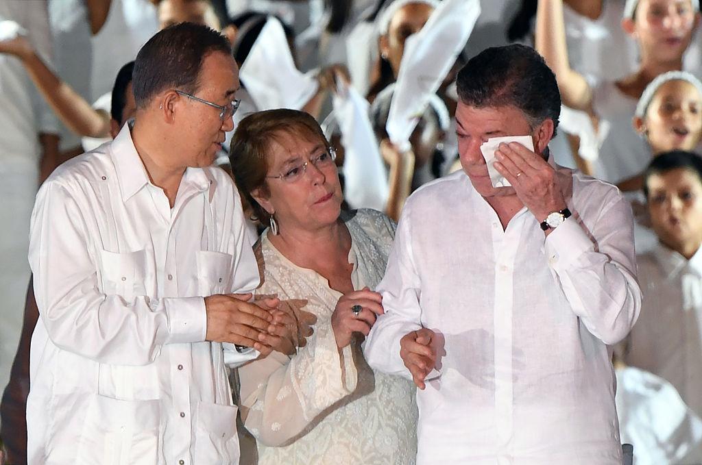 El presidente Juan Manuel Santos junto al secretario general de la ONU Ban Ki-moon (i) y la presidenta de Chile Michelle Bachelet (d LUIS ACOSTA/AFP/Getty Images)
