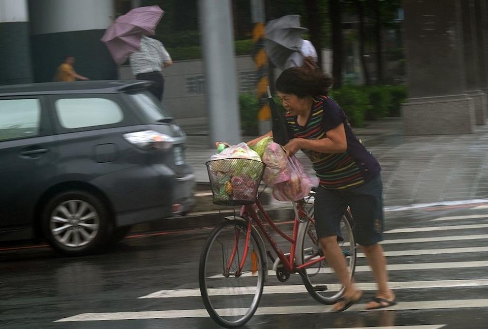 Una mujer empuja su bicicleta en Taipei (SAM YEH/AFP/Getty Images)