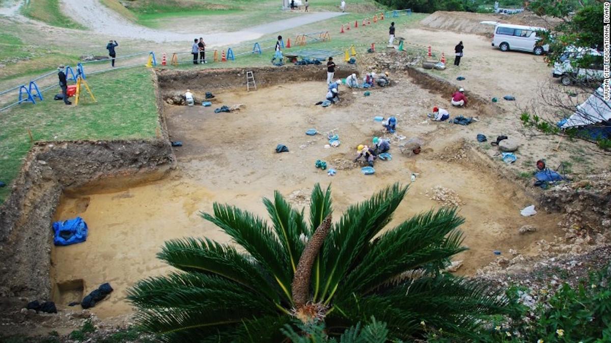 Un grupo de arqueólogos excavan el sitio donde está ubicado el castillo Kasturen.