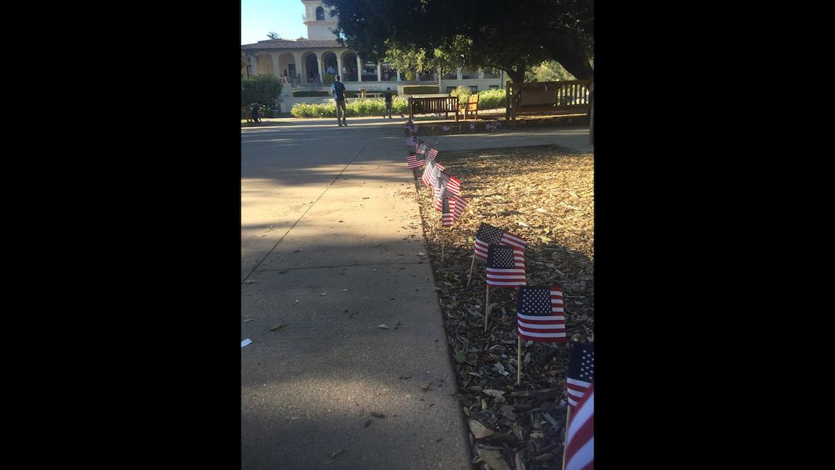 El monumento incluía un camino de banderas de Estados Unidos en honor a las víctimas.