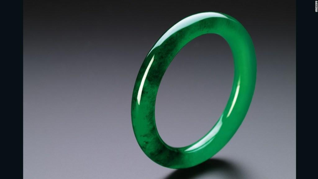 Este sencillo y vívido brazalete de jadeíta verde esmeralda, por ejemplo, se espera que alcance entre 6.500.000 y 9.000.000 dólares cuando se subaste en Sotheby en octubre de 2016.
