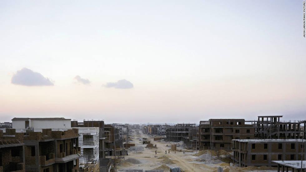 Una calle de casas unifamiliares y bloques de apartamentos en el 'Nuevo Cairo', una de las nuevas 'ciudades fantasma'.