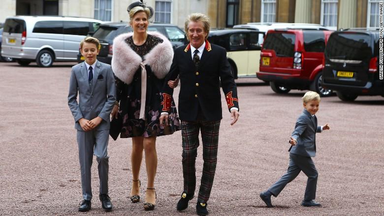 Rod Stewart lleva al Palacio de Buckingham Palace con su esposa Penny Lancaster y sus dos hijos.