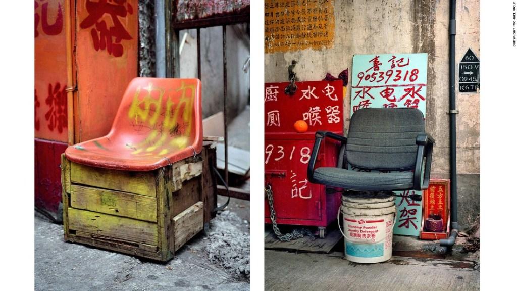 """""""Informal Solutions"""" o """"Soluciones informales"""" - """"Ves este increíble ejemplo de antropología urbana - decenas de arreglos de asientos creados a partir de la reutilización de sillas rotas, se han recogido rollos de cuerda que podrían ser reutilizados otro día"""", comenta Wolf."""