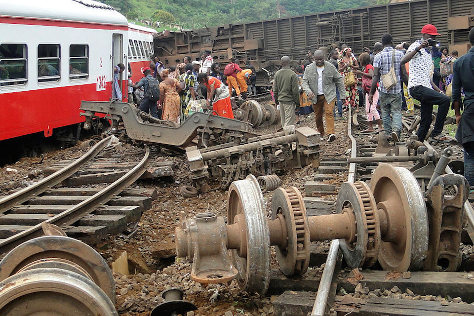 Decenas de pasajeros huyen el lugar donde se descarriló un tren en la localidad de Eseka, en Camerún. (Crédito: STRINGER/AFP/Getty Images).