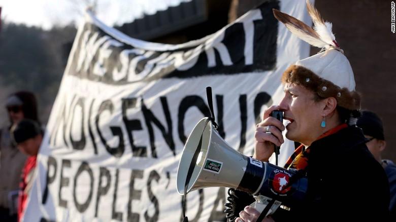 El artista Navajo Klee Benally lidera una protesta en apoyo a la celebración del Día de las Comunidades Indígenas en Flagstaff, Arizona, en marzo.