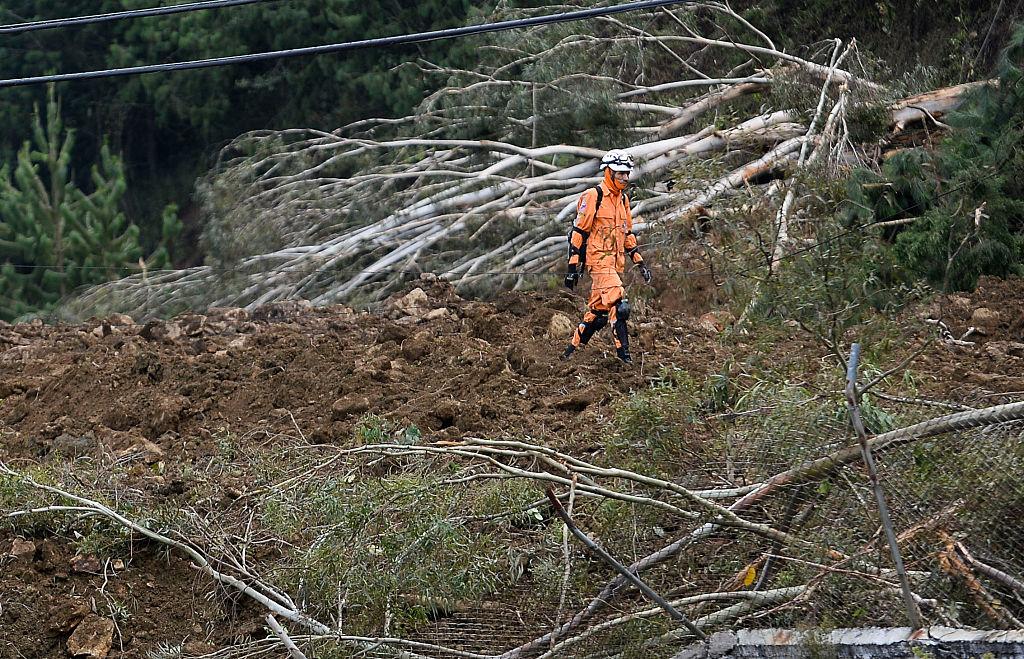 Un rescatista busca supervivientes en el deslizamiento de tierra en el sector de Copacabana, cerca a Medellín (RAUL ARBOLEDA/AFP/Getty Images)