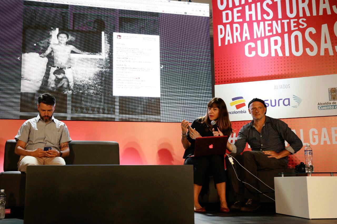 Christian Rodríguez (izq.) y Adriana Zehbrauskas, en una charla con el reconocido fotógrafo Sthephen Ferry, durante el Festival Gabriel García Márquez de Periodismo 2016. Foto: FNPI