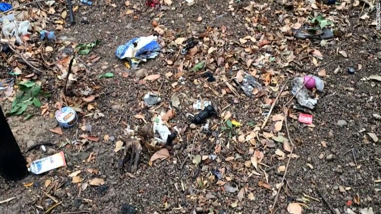 Los empaques de condones ensucian varios caminos despejados de los parques del centro de Atenas.