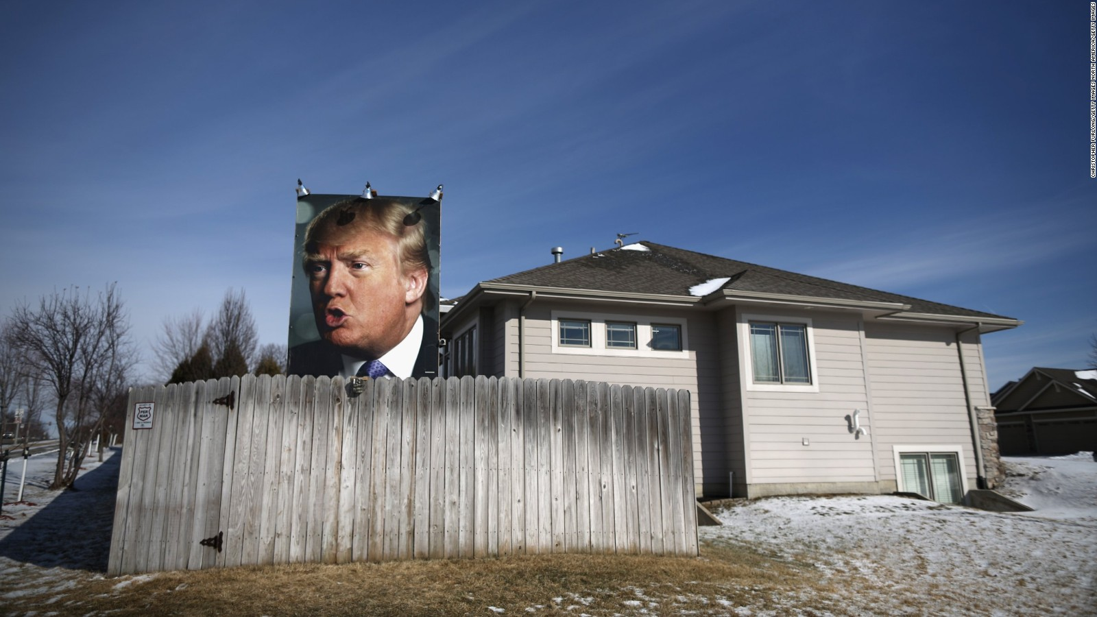 Un afiche gigante del candidato republicano en el jardín en una casa de uno de sus seguidores en West Des Moines, Iowa.