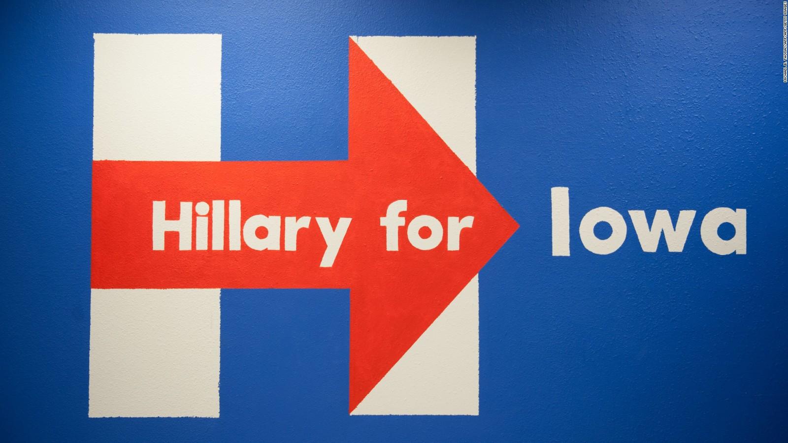Un afiche de la campaña de Hillary Clinton previo a la asambleas partidistas en Iowa.