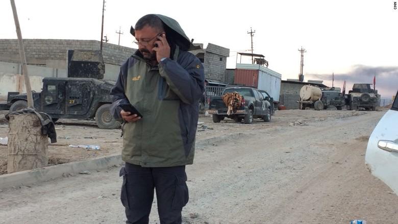 El productor de CNN Hamdi Alkhshali se mantuvo detrás de la berma de seguridad, tratando de estar en permanente contacto con los periodista atrapados en el frente de batalla.