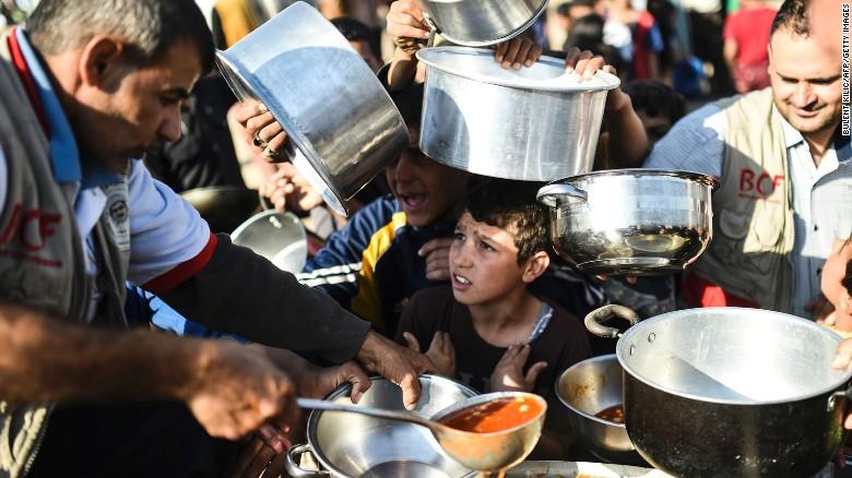 Desplazados iraquíes por la ofensiva en Mosul en un campo de refugiados.