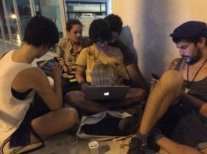 Para conectarse a internet, el equipo de producción de Quiero hacer una película debe hacer maromas en varios lugares de La Habana.