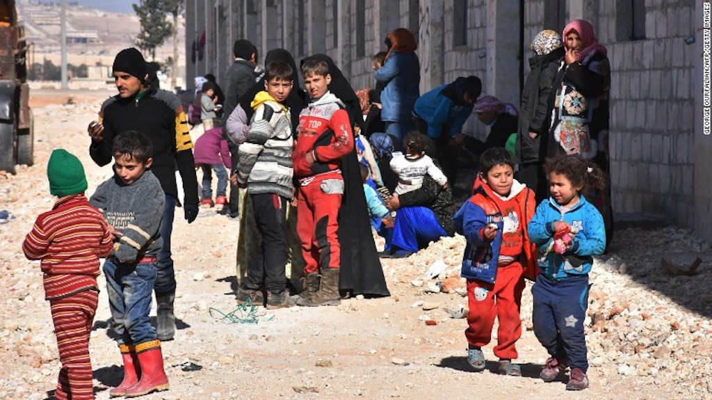 Familias sirias de desplazadas en un campamento en Jibreen en la zona controlada por el gobierno.