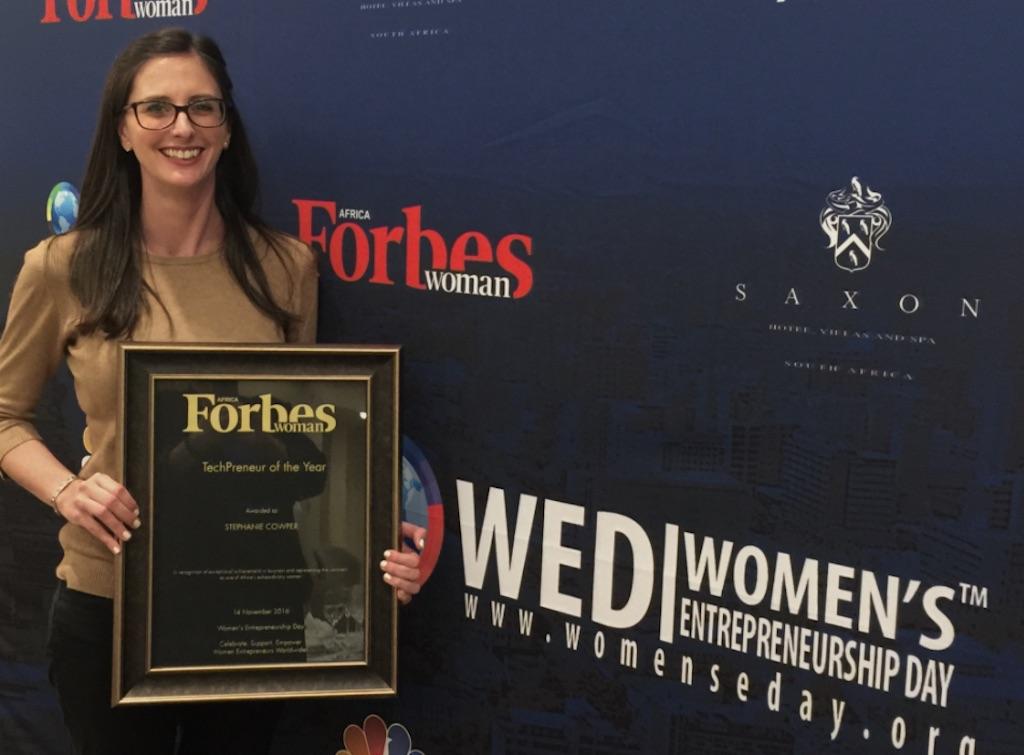 Stephanie Cowper, CEO de BeSpecular, recibió el premio anual de emprendedores de tecnología en noviembre de 2016.