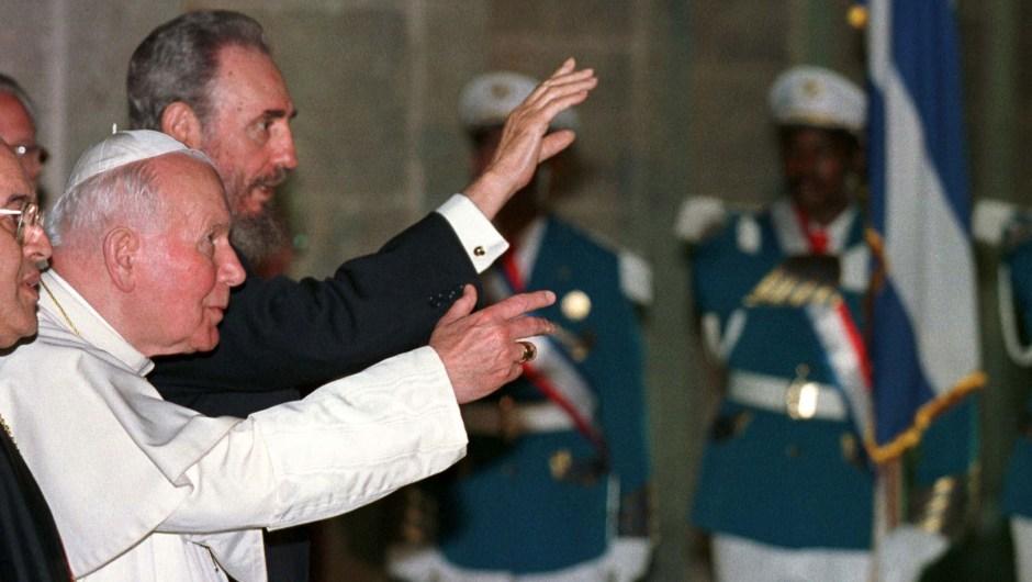 El presidente cubano Fidel Castro y el papa Juan Pablo II saludando a periodistas en el Palacio de la Revolución de La Habana tras reunirse el 22 de enero de 1998. Crédito: PAUL HANNA/AFP/Getty Images.