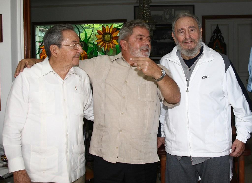 24 de febrero de 2010   El expresidente Luiz Inacio Lula da Silva (centro) junto a Raúl Castro (izquierda) y Fidel Castro (derecha). (Crédito: RICARDO STUCKERT/AFP/Getty Images)