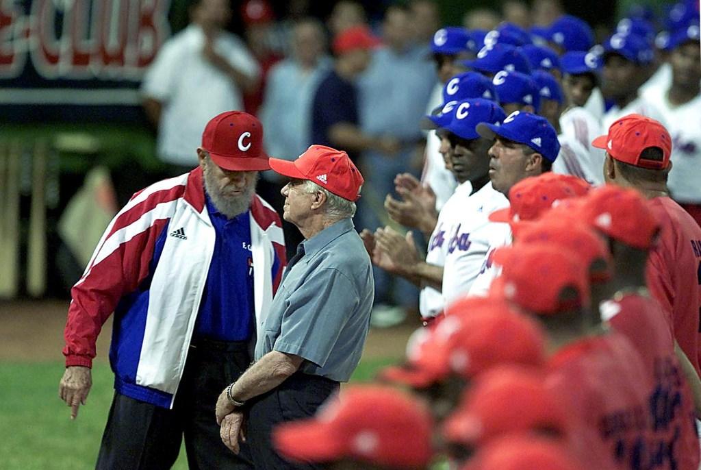 14 de mayo de 2002   Fidel Castro (izquierda) y Jimmy Carter (derecha) durante un partido de béisbol en La Habana. (Crédito: ADALBERTO ROQUE/AFP/Getty Images)