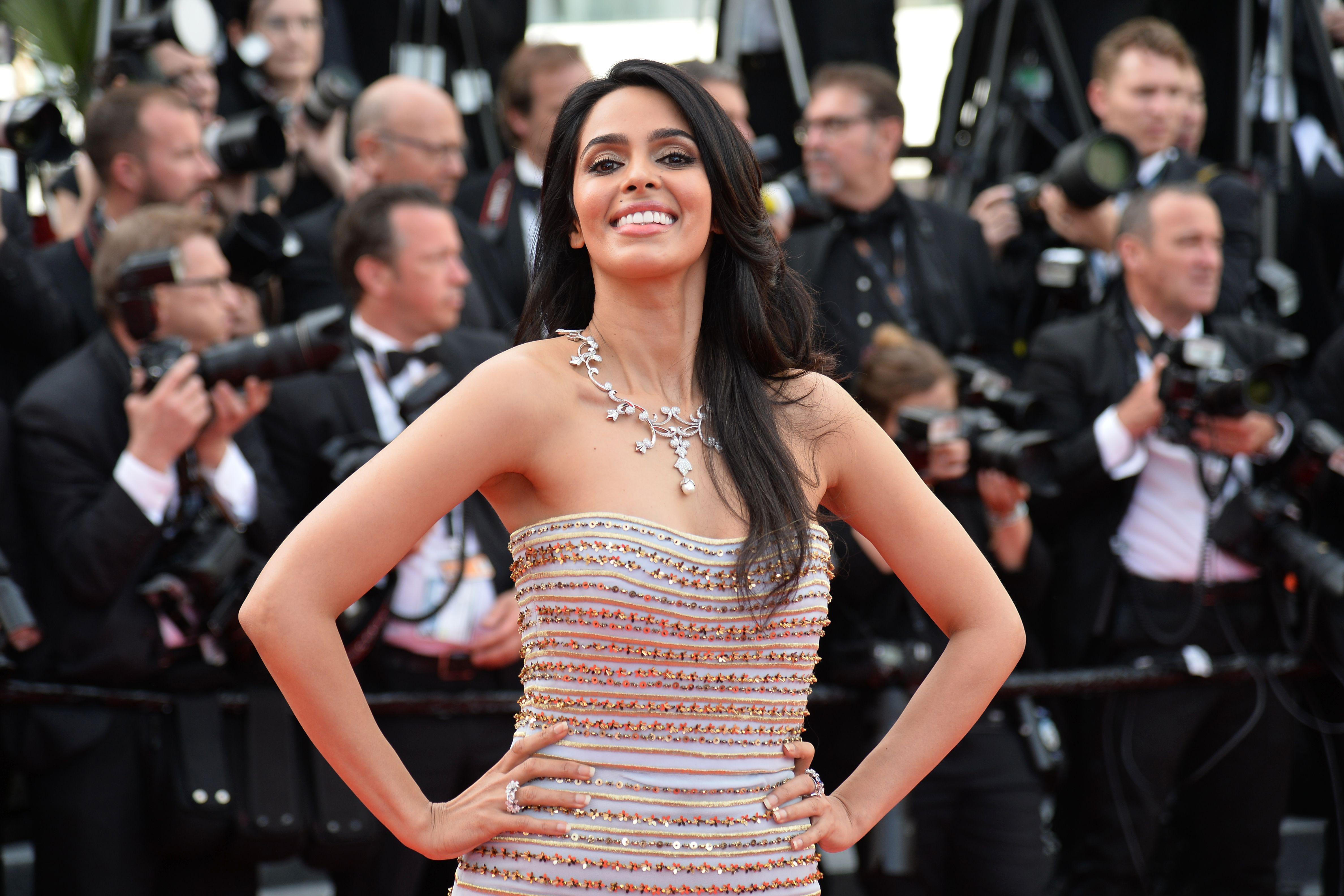 La modelo y actriz de la India Mallika Sherawat durante la alfombra roja de la versión 69 del Festival Internacional de Cine de Cannes en mayo de 2016. (Crédito: ALBERTO PIZZOLI/AFP/Getty Images)