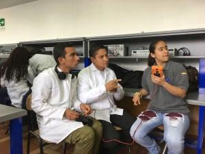 María Velasco (derecha) es sorda y estudia Diseño de Informática en la Universidad ECCI. Su profesor Tito Nuncira (en el centro) dirige el semillero de investigación en robótica que acaba de ser invitado a Japón.