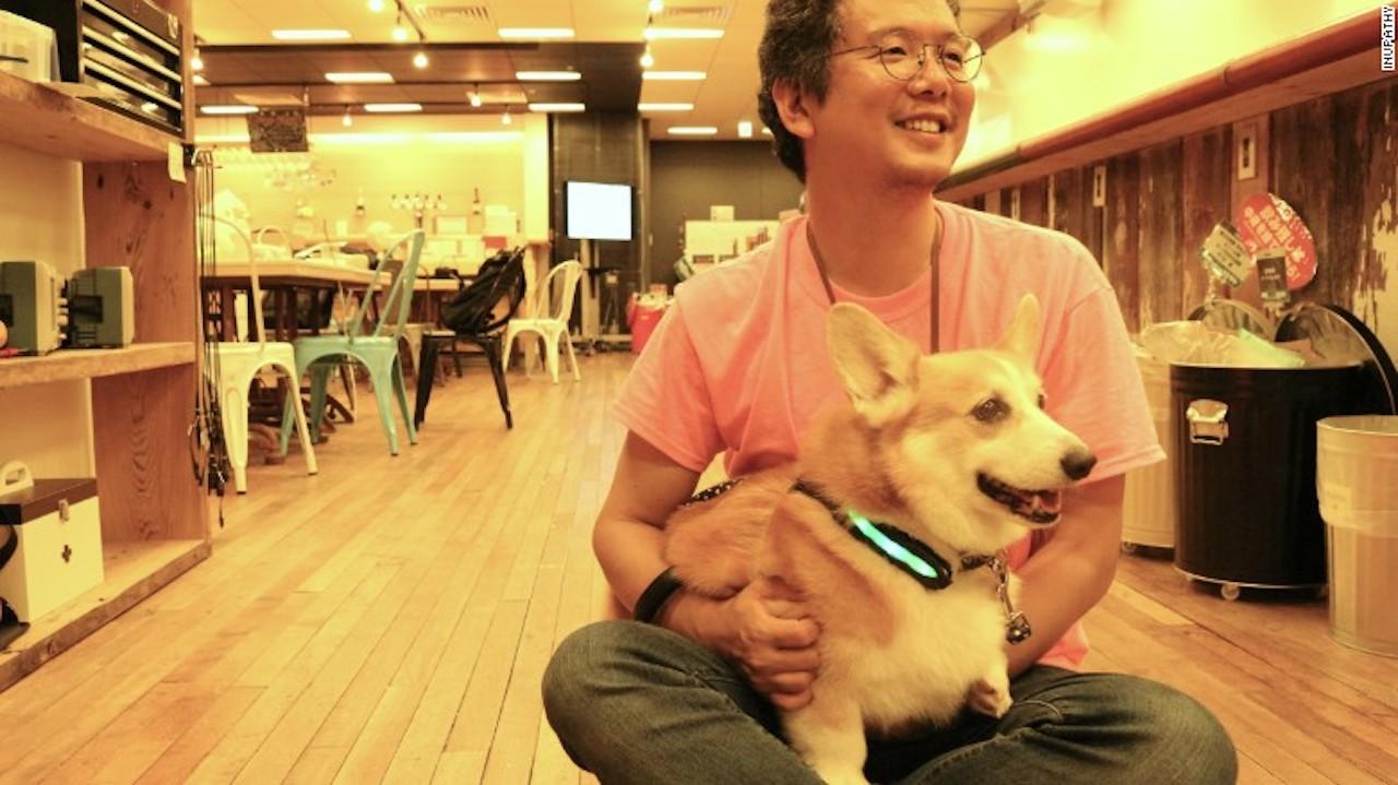 Joji Yamaguchi con su perro Akane, quien lo inspiró para crear el arnés Inupathy.