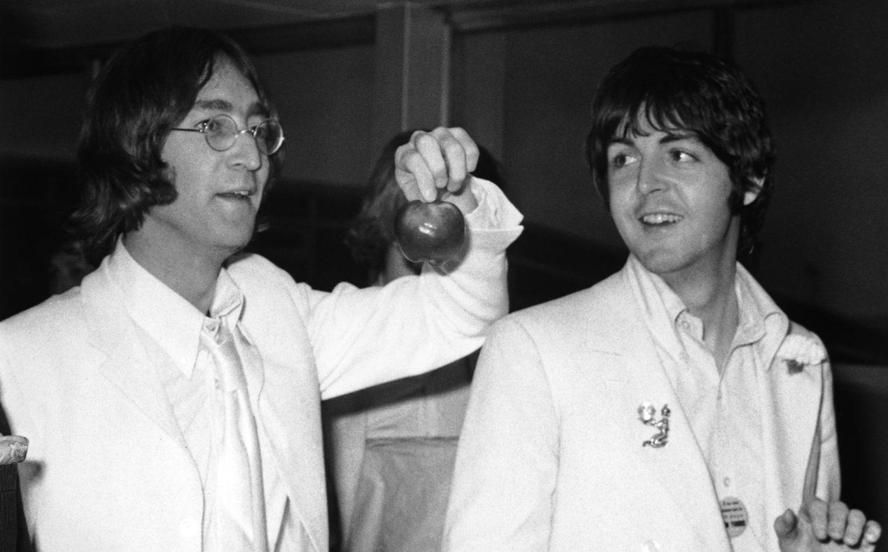 John Lennon y Paul McCartney en el aeropuerto de Londres en 1968. (Crédito: Stroud/Express/Getty Images)