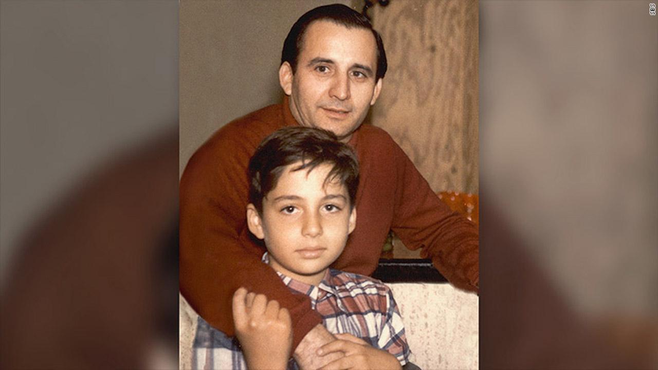 Raúl Alarcón junto a su padre pocos años después de llegar a Estados Unidos.