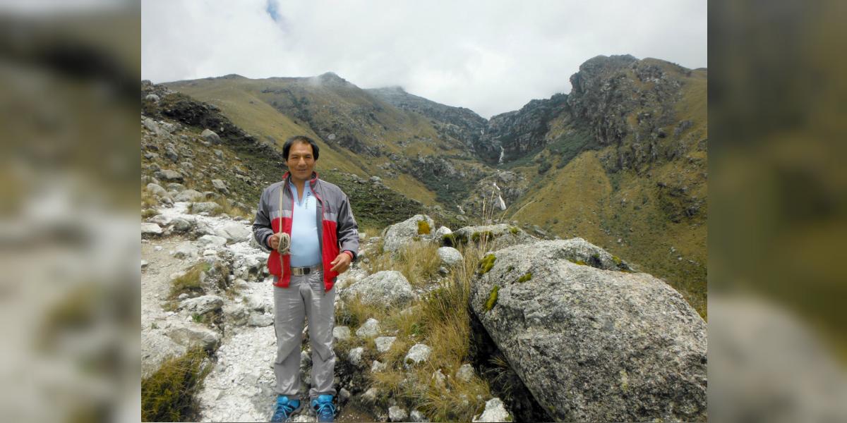 Saúl Lliuya en las montañas en las que trabaja como guía (Crédito: Germanwatch)
